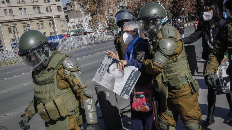 11 personas son detenidas tras protagonizar protesta frente a La Moneda