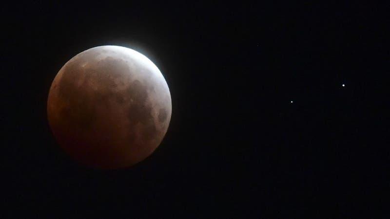 Revisa las hermosas postales que dejó el eclipse total de Luna y la super Luna de sangre