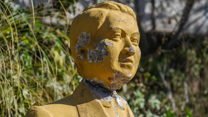 Desconocidos vandalizan busto de Gabriela Mistral en Valparaíso