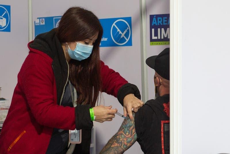 Minsal anuncia que el 65,6% de la población recibió al menos la primera dosis de la vacuna COVID-19