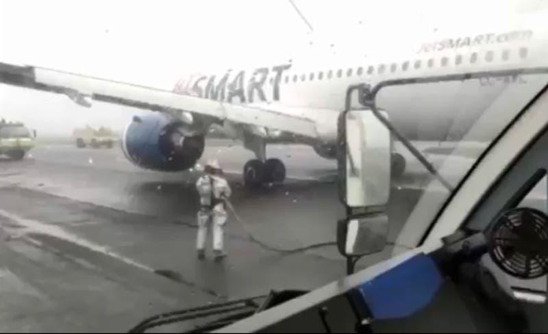 """""""Estábamos asustados y llorando"""": el testimonio de una pasajera del avión que sufrió un desperfecto"""