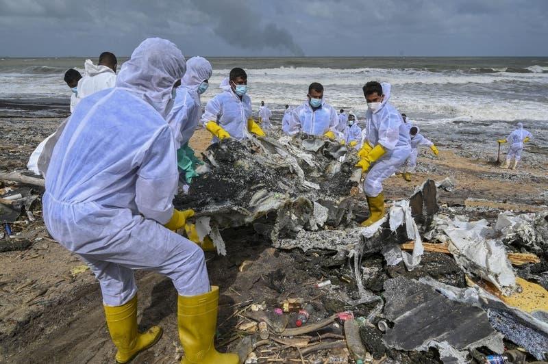 Playa de Sri Lanka repleta de toneladas de plástico de barco incendiado