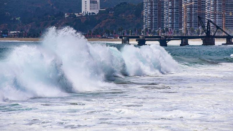 Emiten aviso especial por marejadas para casi todo Chile