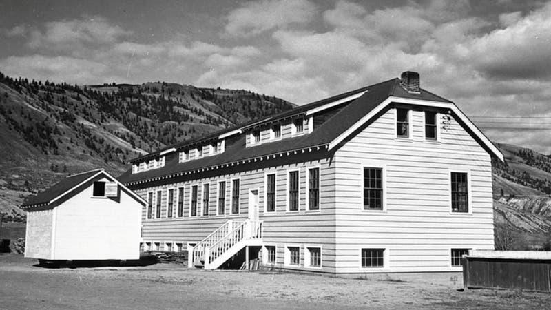 Encuentran restos de 215 niños en una fosa común dentro de una escuela en Canadá