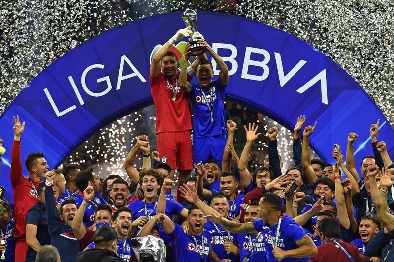 Después de 23 años, el Cruz Azul sale campeón en México ante el Santos de Diego Valdés