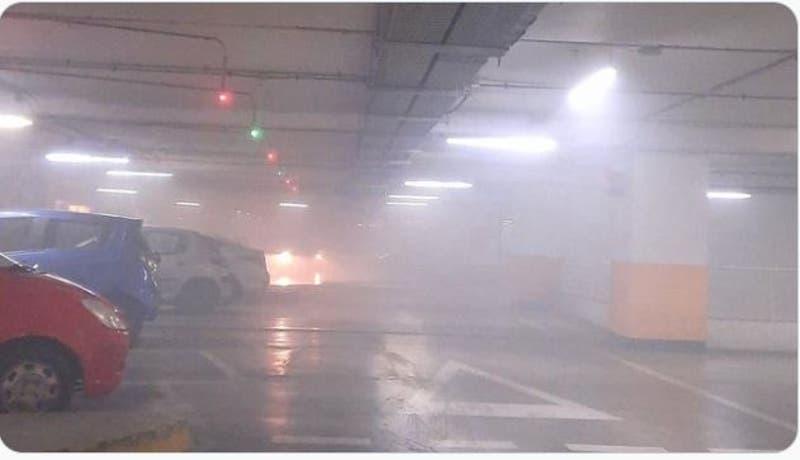 Bomberos acude a emergencia por emanación de humo en mall Plaza Egaña