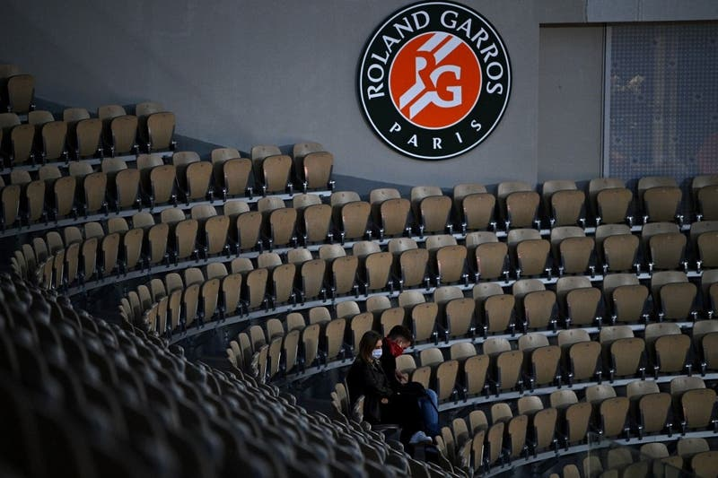 Público debe abandonar el estadio en medio de partido de Garín en Roland Garros por toque de queda