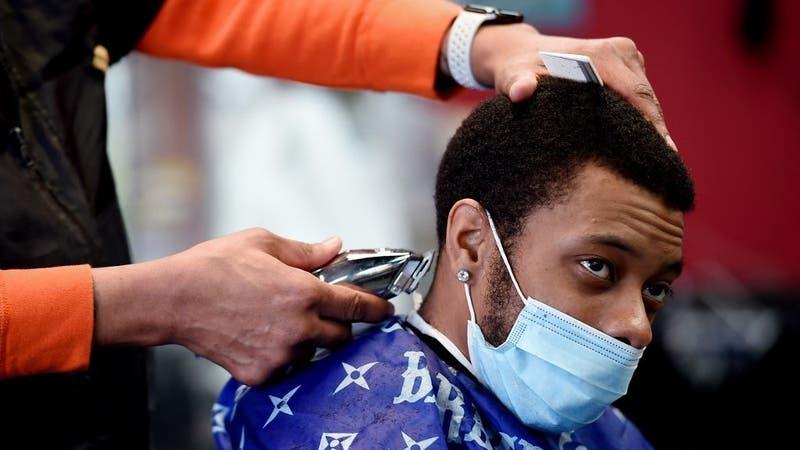 Ofrecen cortes de pelo y cerveza para aumentar tasa de vacunación contra el COVID-19 en EE.UU.