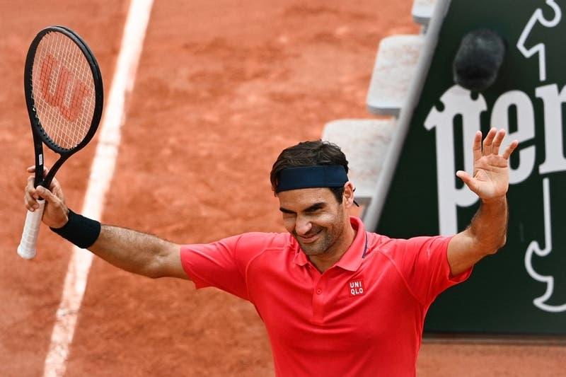 Federer gana y clasificó a octavos de Roland Garros en su regreso a la arcilla de París
