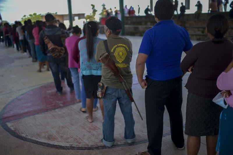 Con tensión y miedo, mexicanos acuden a votar en el violento estado de Guerrero