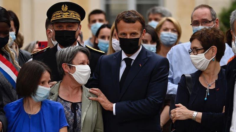 Hombre abofetea a presidente Emmanuel Macron