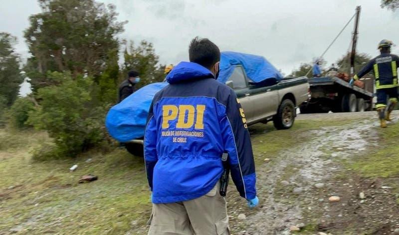Chonchi: Encuentran dos cuerpos al interior de camioneta sumergida en lago
