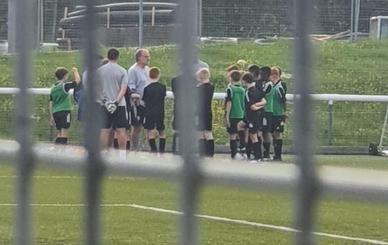 No descansa: Marcelo Bielsa dirigió la práctica de la sub 11 del Leeds