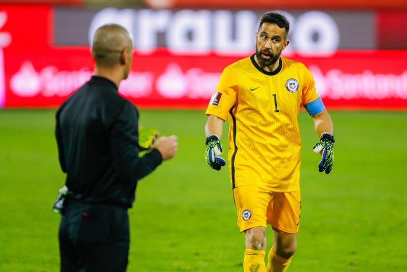 Johnny Herrera revela qué le dijo a Claudio Bravo en el entretiempo contra Bolivia