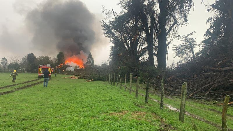 """Usuarios reportan """"tromba marina"""" que provocó caída de árboles e incendio de una casa en Toltén"""