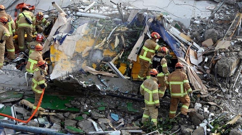 Edificio en demolición se derrumba y cae sobre un bus en Corea del Sur: Hay el menos ocho muertos
