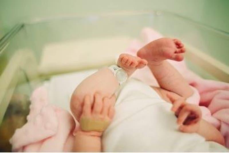 Detienen a hombre por lanzar a su bebé de dos meses desde la cama: El lactante sufrió heridas graves