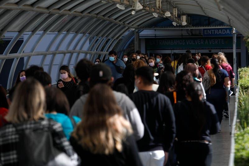 A un día de la cuarentena total en la RM: aglomeraciones se registran en varios puntos de Santiago
