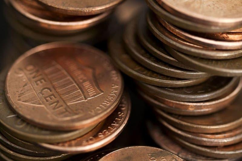 """Hombre """"paga"""" pensión de sus hijas lanzando 80 mil monedas para humillar a su ex"""