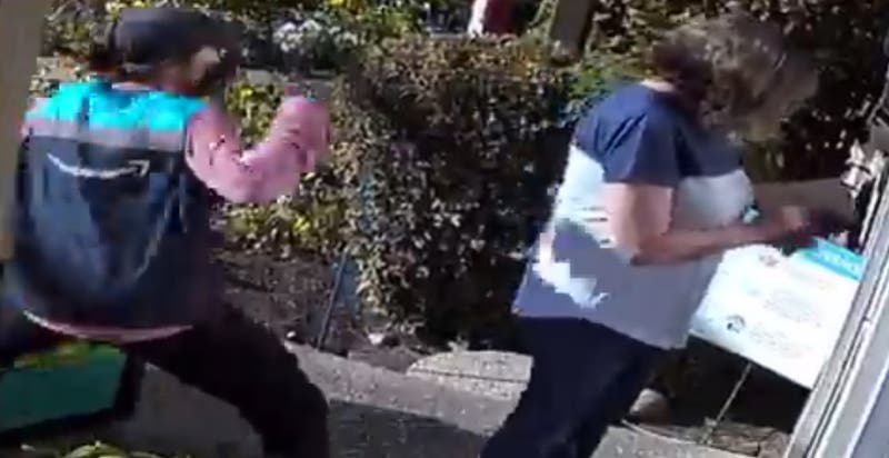 [VIDEO] Repartidora de delivery golpea salvajemente a mujer de 67 años tras discusión