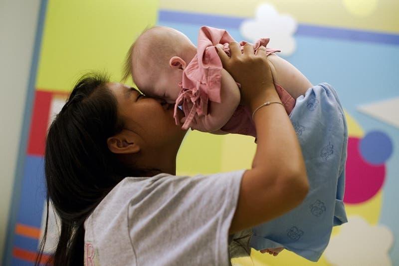 Influencer asegura que prohibió a sus suegros que besen en la boca a su hija de dos años