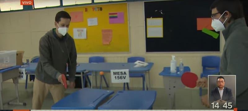 [VIDEO] Vocales de mesa jugan ping-pong a la espera de llegada de votantes