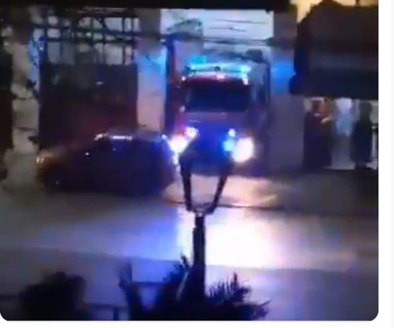 [VIDEO] Bomberos no puede salir a atender emergencia por auto estacionado fuera del cuartel
