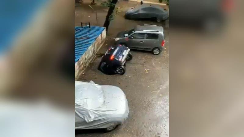 [VIDEO] Auto termina completamente sumergido tras caer en socavón