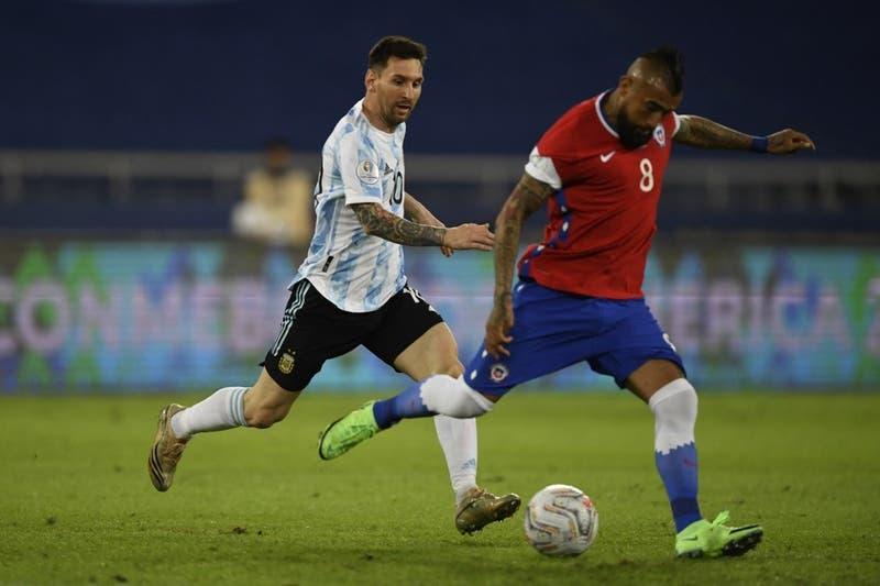 El cariñoso gesto de Messi a Vidal durante el partido entre Chile y Argentina