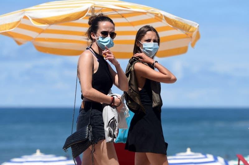 Francia pone fin al uso de mascarilla al aire libre y el domingo levantará toque de queda