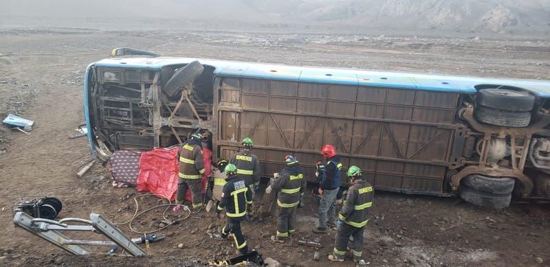 Dos muertos tras volcamiento de bus que trasportaba trabajadores en Diego de Almagro