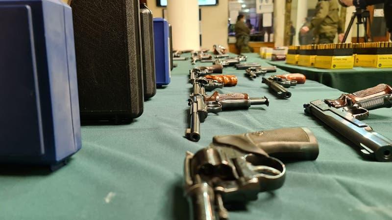 Incautan 20 armas a hombre acusado de disparar desde su departamento en Santiago