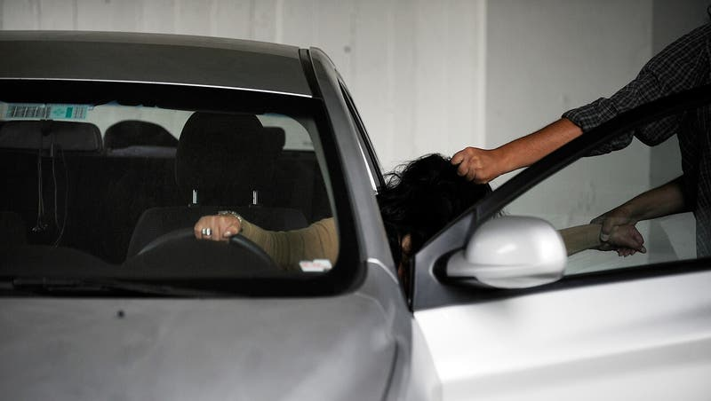 Delincuentes le piden ayuda a víctima para arrancar el auto que le robaron en La Reina