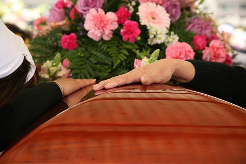 """Mujer prohibió a su familia ir a su funeral con duro mensaje: """"Sigan tan lejos como estuvieron"""""""