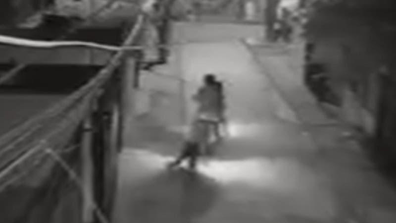 Violento robo en La Florida: Arrastran a mujer de 60 años para robarle un celular
