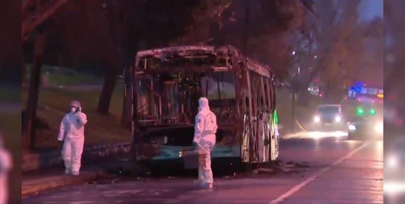 Queman bus en Peñalolén tras amenazar a conductor y pasajeros con armas