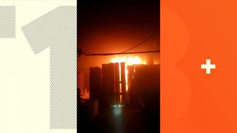 Bomberos trabaja en incendio en fábrica de muebles en La Pintana