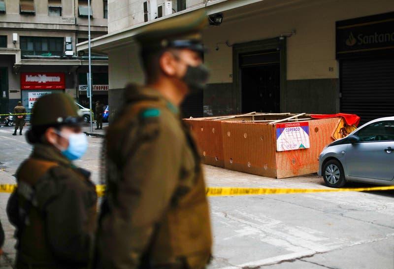 Encuentran cuerpo calcinado de un joven en plena calle del centro de Santiago