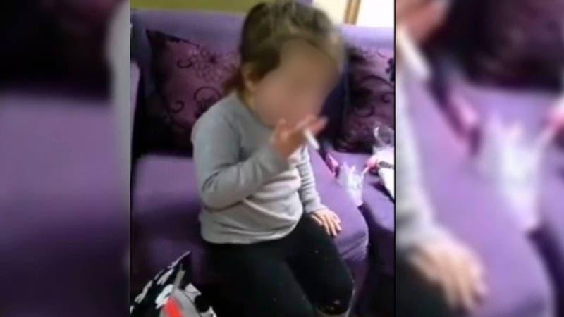 Viralizan video de niña de 3 años fumando en Talcahuano
