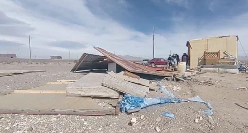 Fuertes vientos y ráfagas de arena derriban una casa en Colchane