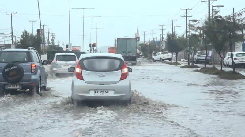 [VIDEO] Sistema frontal en zona centro-norte deja intensas lluvias, calles anegadas y marejadas