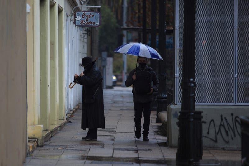 Este viernes vuelven las precipitaciones a la zona central: revisa a qué hora lloverá en Santiago