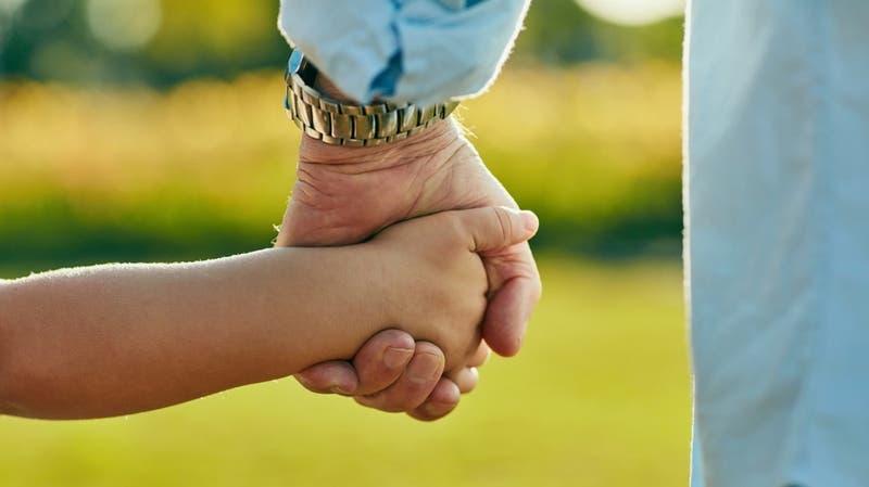 Pareja homoparental adoptó a niña con leucemia que fue abandonada por su familia en hospital