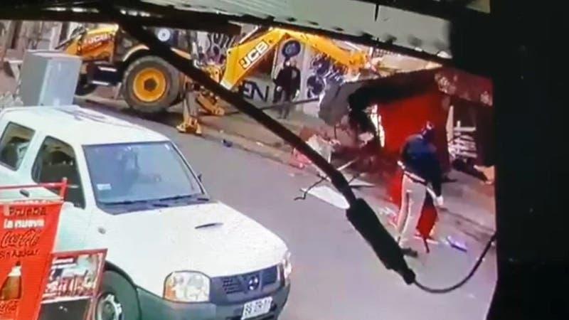 Mujer denuncia que municipio de Independencia destruyó su quiosco: Alcalde pide reparación