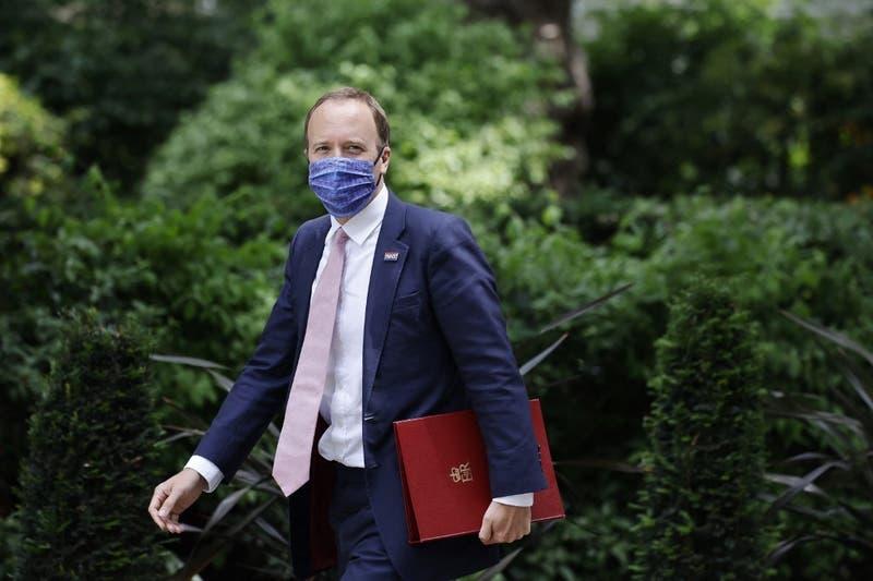 Ministro de Salud británico renuncia tras ser descubierto besándose con su asesora