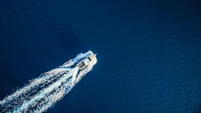 Encuentran barco flotando a la deriva con 20 muertos: Dos son menores de edad