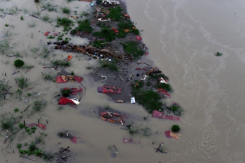 Las aguas sagradas del río Ganges rebosan de muertos del covid-19