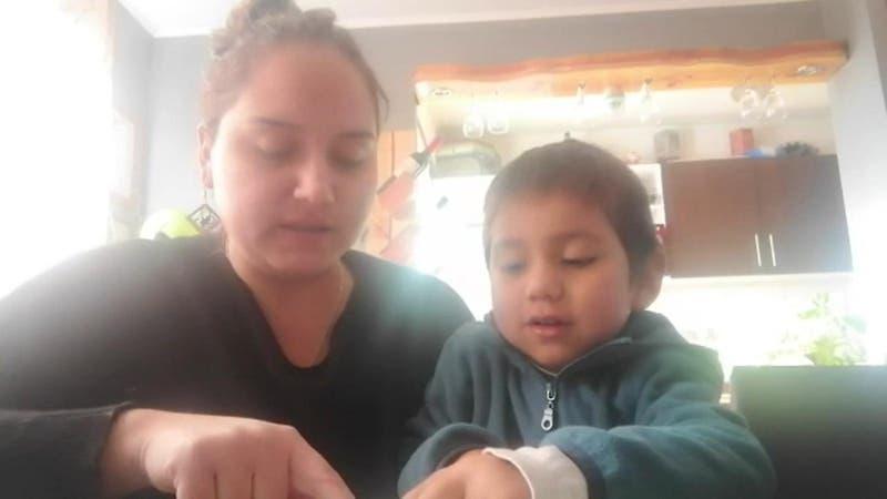 [VIDEO] Niño de 3 años con extraña enfermedad debe dormir con una lámpara gigante