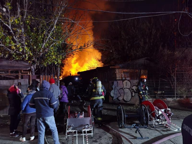 Bomberos trabaja en incendio que consume inmueble en Renca