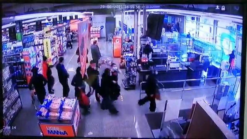 """[VIDEO] Cuatro detenidos tras protagonizar """"turbazo"""" en supermercado de Ñuñoa"""